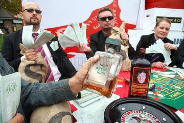 Berlin  Deutschland  Parodie am Bankenaktionstag  Banker spielen Roulette