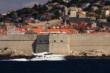 Kroatien  Sued-Dalmatien  Altstadt Dubrovnik mit Motoryacht