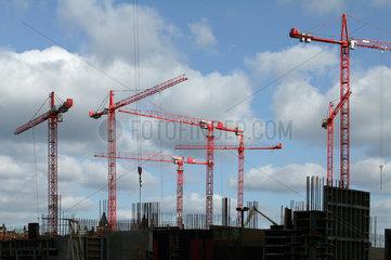 Hamburg  Deutschland  Kraene auf einer Baustelle