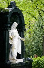 Berlin  Deutschland  Jesusfigur auf dem Friedhof der Franz.-Ref. Gemeinde
