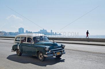 Havanna  Kuba  privates Taxi faehrt am Malecon lang