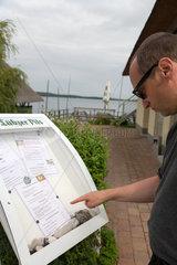 Krakow am See  Deutschland  ein Mann studiert eine Speisekarte