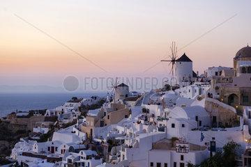 Sonnenuntergang in Oia auf Santorin  Thira  Kykladen  Griechenland