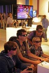 Jugendliche spielen 3D Spiele auf der Internationalen Funkausstellung in Berlin 2011  IFA  Berlin  Deutschland  Europa