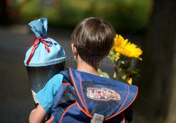 Berlin  Deutschland  ein Kind mit Schultuete am Tag der Einschulung