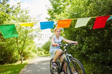 Maedchen macht Ausflug mit dem Fahrrad