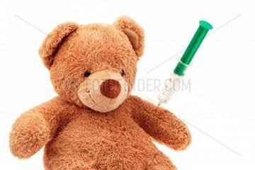 Ein Teddybaer bekommt eine Injektion Impfen und Spritze
