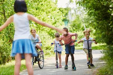 Kinder am Start fuer ein Wettrennen