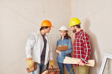 Architektin bespricht weitere Planung