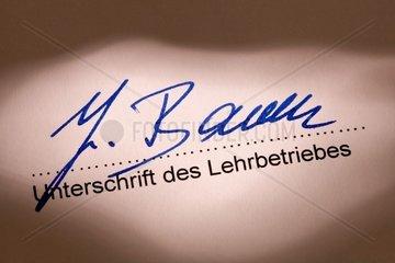 Unterschrift eines Ausbilders unter einen Ausbildungsvertrag
