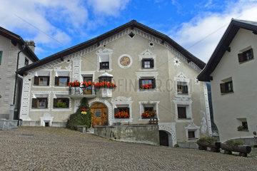 Typisches Engadinerhaus am Platz La Plazetta  Scuol  Engadin  Graubuenden  Schweiz