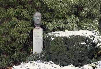 Berlin  Deutschland  Grab von Heinrich Mann auf dem Dorotheenstaedtischen Friedhof