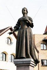 Die geteilte Stadt Komorn in der Slowakei Statue Maria Theresia auf dem Europaplatz