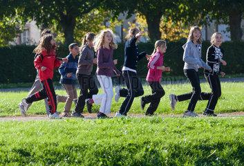 Zabern  Frankreich  Grundschueler beim Sportunterricht im Schlosspark