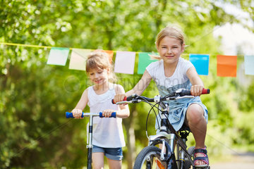 Zwei Maedchen fahren Fahrrad