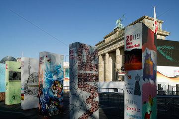 Berlin  Deutschland  Dominosteine symbolisieren die Berliner Mauer