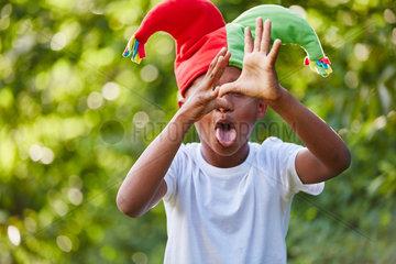 Kreatives Kind spielt einen Harlekin