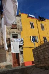 Tirei  Italien  bunte Fassade eines Wohnhauses in Tirei