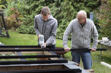 Heimwerker bauen eine Konstruktion