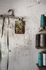 Heiligenbild in einer Naehstube in Sri Lanka