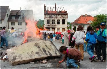 19930531 Tatort Feuer Brandruine Solinger Brandanschlag   bei dem 5 tuerkische Migranten durch Neonazis umgebracht wurden  Solingen Proteste nach einem Brandanschlag durch junge Nazi Taeter auf Brandanschlag Solingen 31.05.1993 auf das Haus einer tuerkis