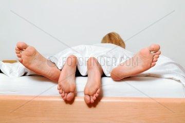 Die Fuesse eines Paares im Bett Liebe  Erotik und Partnerschaft