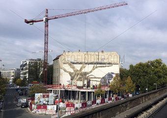 Wandgemaelde Weltbaum - aelteste Fassadenbild Berlins verschwindet