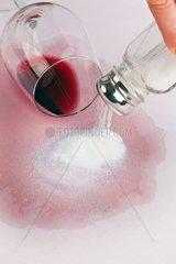 Ein Glas mit Rotwein wurde umgeleert Tipp mit Salz