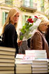 Barcelona  Spanien  junge Frau mit einer Rose auf der Strasse am Sant Jordi Tag