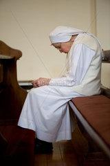 Heitersheim  Deutschland  eine Schwester betet in der Kirche