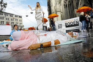 20170909 Kundgebung gegen Pflegenotstand Aktion PFLEGE AM BODEN vor Koelner Dom