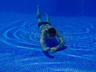 Mann im Swimmingpool