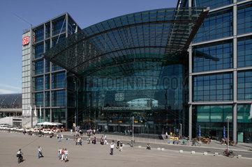 Berlin  Deutschland  Berliner Hauptbahnhof und Bahnhofsvorplatz