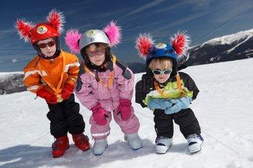 201103_0646 31989/201103_0646  Kinder mit Medaillen vom Skirennen
