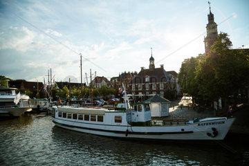 Leer  Deutschland  Ausflugsdampfer Hafenmusik am Handelshafen von Leer