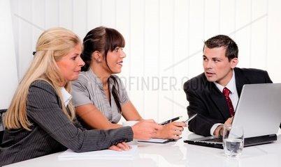 Erfolgreiches junges Team bei einem Meeting im Buero