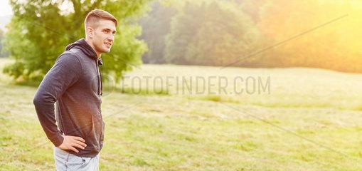 Teenager im Sommer in der Natur