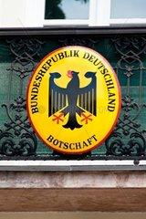 Das Schild einer deutschen Botschaft Vertretung der Buerger im Ausland