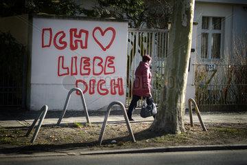 Berlin  Deutschland  Liebeserklaerung an einer Grundstuecksmauer