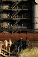 Duisburg  Deutschland  Besucher stehen vor dem Hochofen 5 der ehemaligen Thyssen Eisenhuette Meiderich