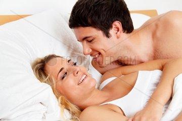 Paar hat Spass im Bett Lachen  Freude und Erotik im Schlafzimmer