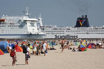 Rostock-Warnemuende  Deutschland  Urlauber in Strandkoerben und RoPax-Faehren