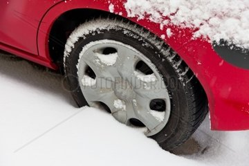 Winterreifen eines Autos im Schnee Autofahren im Winter