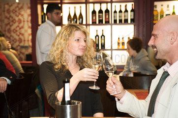 Hamburg  Deutschland  Paerchen gemeinsam in einer Bar