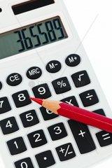 Ein Rotstift und ein Taschenrechner Symbolbild Rationalisieren und einsparen