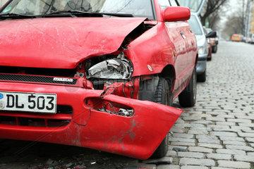 Berlin  Deutschland  Unfallauto auf der Strasse