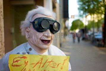 Berlin  Deutschland  Werbefigur mit dem Spruch Ey Alter und einer Taucherbrille