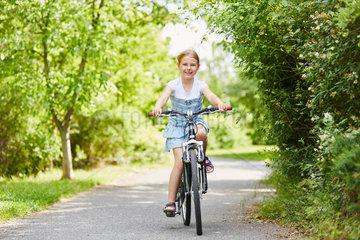 Maedchen macht eine Radtour