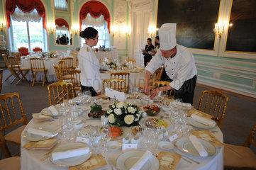 Sankt Petersburg  Russland  Vorbereitungen fuer ein Galadiner im Palast von Peterhof