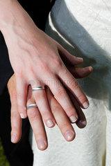 Essen  Deutschland  ein Brautpaar zeigt die Hochzeitsringe  Symbolfoto Hochzeit